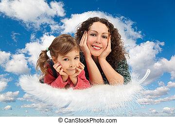 Madre con hija en plumas blancas y flacas nubes en azul cielo collage