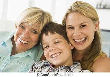 Madre con hija y hijo adultos
