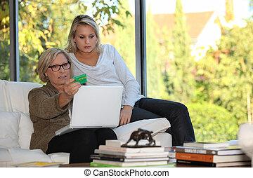 Madre e hija controlando la seguridad social en línea