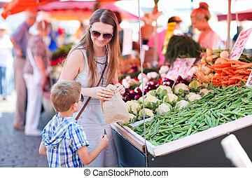 Madre e hijo en el mercado