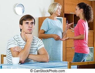 madre, entre, poder, gritos, esposa, estante, joven, marido