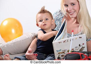 Madre leyendo a bebé