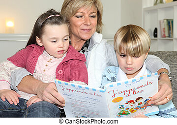 Madre leyendo a hijo e hija