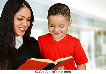 Madre leyendo a su hijo