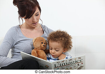 Madre leyendo historia a hijo