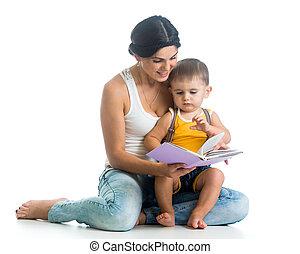 Madre leyendo un libro a su hijo