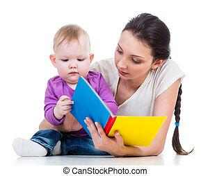 Madre leyendo un libro de su hija