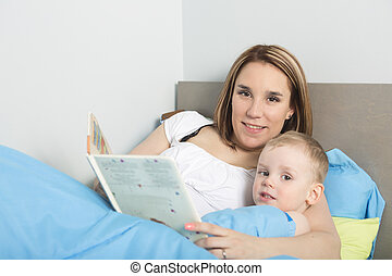 Madre leyendo una historia a su hijo