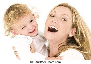 Madre y niño de blanco