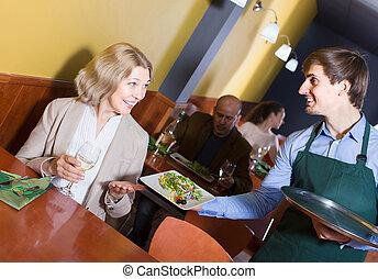 maduro, teniendo, retrato, camarero, mujer, cena