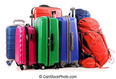 Maletas y mochilas aisladas en blanco