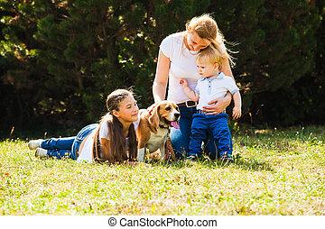Mamá con niños de paseo