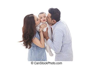 Mamá y papá besando a su lindo bebé