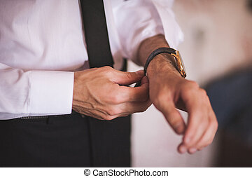 mano, hombres, poniendo, reloj