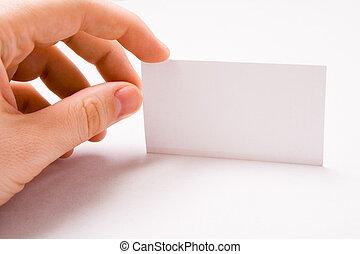 Mano masculina con tarjeta de negocios en blanco