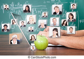 Mano usando portátil por manzana verde