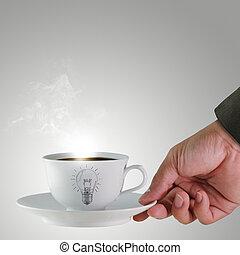 Mano y una taza de café con bombilla dibujada como concepto