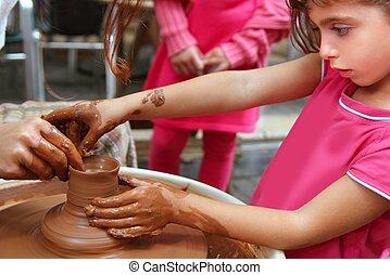 Manos de alfarero de clay en el taller
