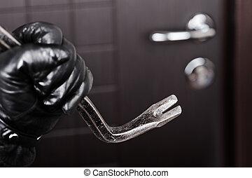 Manos de lagartijas sosteniendo la palanca de la puerta abierta