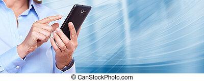 Manos de mujer con un teléfono inteligente.