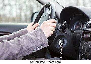 Manos de mujer en el volante en un vehículo terrestre