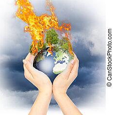 Manos de mujer sosteniendo tierra quemada.