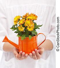 Manos de niña con flores