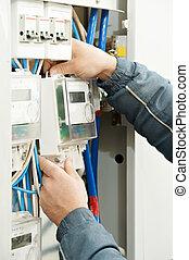 Manos eléctricas de cerca instalando el contador de energía