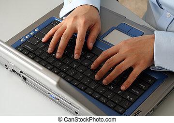 Manos en la laptop
