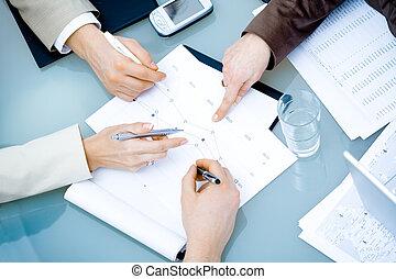 Manos en reunión de negocios
