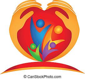 Manos familiares y el logotipo del corazón