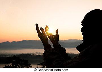 Manos humanas abren la palma de su adoración. La terapia de eucaristía bendice a Dios ayudando a arrepentirse de la Pascua católica. Fondo de religión cristiana. Pelear y ganar por Dios