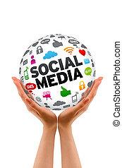Manos sosteniendo una esfera de medios sociales