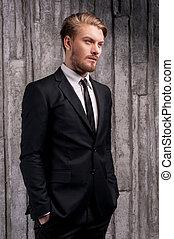 manos, tenencia, bolsillos, joven, vista, elegante, handsome., lado, guapo, hombre, formalwear, el mirar lejos