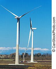 Mantenimiento de turbinas de viento sobre el cielo azul.