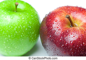Manzana con gotas de agua aisladas en blanco