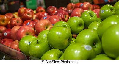 Manzanas en exhibición en el mercado de granjeros