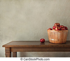 Manzanas frescas en la mesa de madera