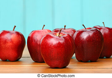 Manzanas rojas y deliciosas sobre el escritorio de la vieja escuela