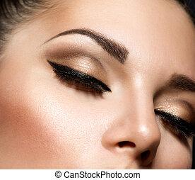 Maquillaje de ojos. Hermosos ojos maquillaje al estilo retro