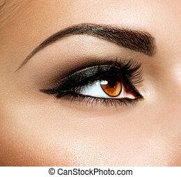 Maquillaje de ojos marrón. Maquillaje de ojos