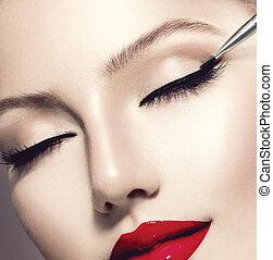 Maquillaje. El maquillaje perfecto para el primer plano. Delineador