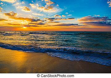 Mar de Dubai y playa, hermosa puesta de sol en la playa