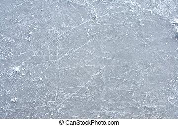 Marcas de patinaje en la superficie de una pista de hielo al aire libre