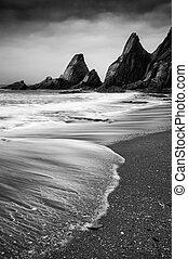 Marescape de paisajes de rocas irregulares y rudas en la costa
