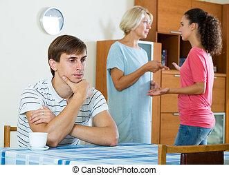 marido, esposa, estante, gritos, entre, madre, joven, poder