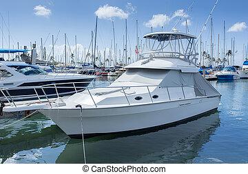 Marina con yates de lujo y barcos blancos