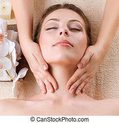 Masaje de repuesto. Una joven recibiendo masaje facial