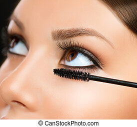 Mascara aplicando. Un primer plano de maquillaje. Maquillaje de ojos