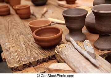 Material de alfarería de arcilla en la mesa de la cosecha